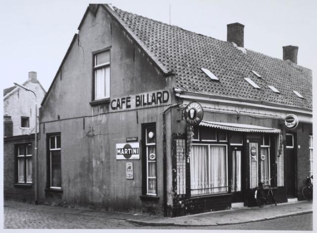 024134 - Café van Hest op de hoek Prinses Sophiastraat - Oranjestraat (links). Thans Koningsplein.