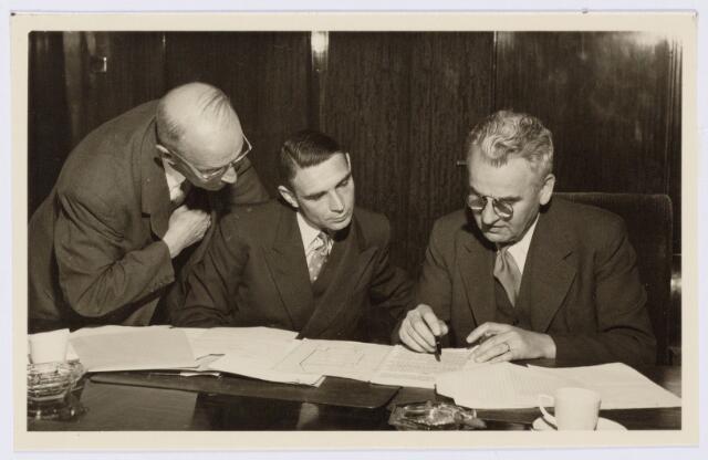 104186_01 - Energievoorziening. Identificatie tijdens de officiele overdracht van Gas- en Electriciteitsbedrijf (GEB) aan de PNEM; v.l.n.r. Ir. Bots, de Rooij v. Zuijdewijn en Petit.