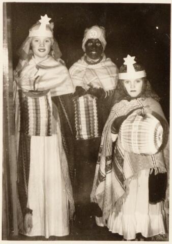 053096 - Driekoningen zingen. Foto 1953, op drie koningenavond gaan kinderen te Tilburg met verlichtte lampions of uitgeholde pronkappels langs de deuren onder het zingen van toepasselijke oude deuntjes. Foto: hier zo'n drietal.