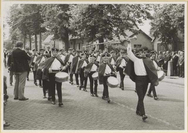 603543 - Een jeugd-fanfare-orkest uit Udenhout. bij gelegenheid van de installatie van burgemeester Hans Hoefsloot op 7-8-1971