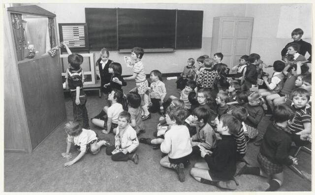90674 - Made en Drimmelen. Paasdriedaagse in 1971. De poppenkast die hier opgevoerd wordt voor de kinderen van de Bernardusschool, Made is onderdeel van de Paasviering in 1971.