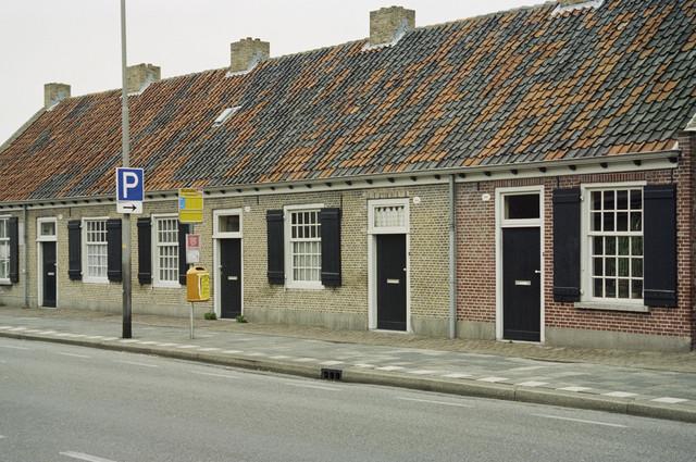 TLB023000507_002 - Gerenoveerde wevershuisjes aan de Hasseltstraat. Deze huisjes zijn een Rijksmonument met nr. 35707. Foto is genomen in het kader van een Fietsrouteplan in en om Tilburg.