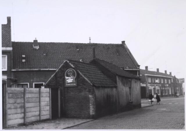 023768 - Achterzijde van een café op de hoek Koestraat - Lovensestraat (voorgrond) begin december 1962