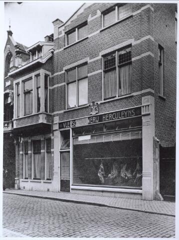 026848 - Vleeschhouwerij Herculeyns aan de Nieuwlandstraat. Uit het bord aan de gevel blijkt dat de slager zich hofleverancier mocht noemen