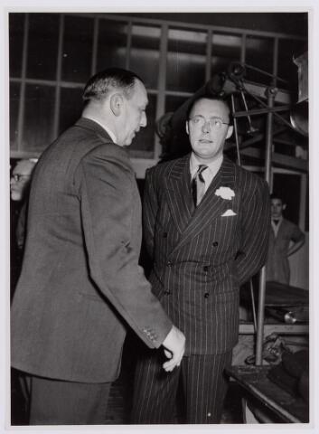 037666 - Textielindustrie. Informeel gesprek tussen prins Bernhard en directeur Enneking van wollenstoffenfabriek H. F. C. Enneking tijdens het bezoek van de prins op 13 november 1950