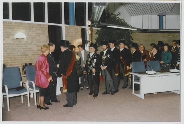 072350 - Bijeenkomst met leden van het gilde in het gemeentehuis van Goirle in 1989.