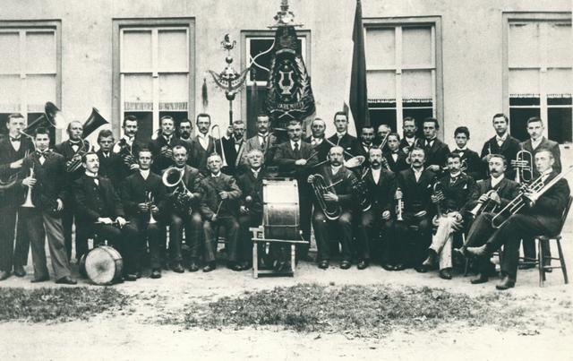 830088 - Groepsportret Koninklijke Harmonie Concordia Hilvarenbeek.