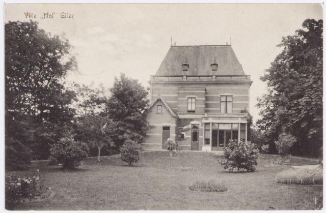 """056052 - Gilze, Tuin en achterzijde van de zogenaamde """"villa Mol"""". In 1902 vervaardigde men deze opname van de villa, die de weduwe van burgemeester W.J. Mol in 1892 aan het plein had laten bouwen. De villa deed van 1946 tot 1961 dienst als raadhuis/gemeentehuis. Ook de bibliotheek was enige tijd in het pand gevestigd."""