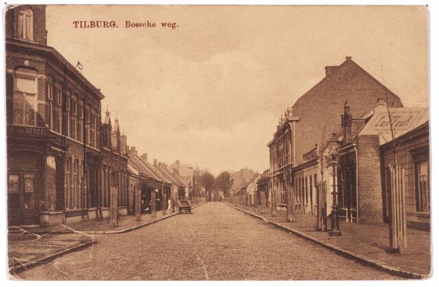 002672 - Bosscheweg nu Tivolistraat. Links de ingang van de Veemarktstraat en op de hoek het pand Bosscheweg 153, vanaf 1932 Bosscheweg 429. Rond 1910 was hier de rijwielhandel van Johannes Franciscus van Berkel gevestigd. Van Berkel werd geboren te Tilburg op 18 mei 1853 en was getrouwd met Anna M.C. Jacobs.Toen rond 1920 de rijwielhandel werd opgeheven ging Van Berkel wonen in het pand ernaast, Bosscheweg 151, waar hij op 8 december 1933 overleed. De volgende bewoner van het hoekpand was kleermaker Dingeman Alphonsus van Gorp, geboren te Tilburg op 26 juli 1879. Hij woonde er tot 1930. Daana woonden er aannemer Lambertus W.J.A. van Eijck, koopman Alphonsus F.C. Donders en fotograaf Adolf Mulder. Rechts in de verte een lange rij arbeiderswoningen, Bosscheweg 186 t/m 210, die even later, rond 1913, gesloopt zouden worden nadat zij door de directeur van Publieke Werken, ir. Rückert, tot krot verklaard waren. In het pandje rechts met het vooruitstekende geveltje (Bosscheweg 234) woonde rond 1910 kapper Johannes Brands, geboren te Tilburg op 16 februari 1859. Op de zijgevel van het pandje is het woord 'coiffeur' geschilderd. Rechts van dit pand, Bosscheweg nr. 238 woonde tot haar sterfdag op 22 augustus 1911 de weduwe Johanna Maria van de Ven-de Hoon.