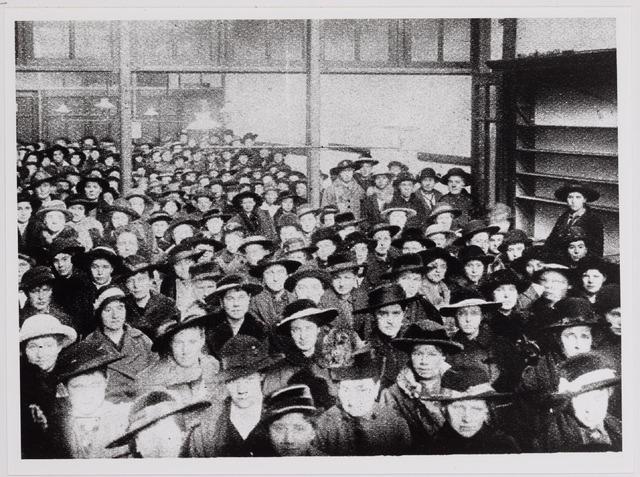 040852 - Vakbeweging. Arbeidsconfict. Vergadering van stakers en uitgeslotenen in de Boterhal aan de Oude Markt.