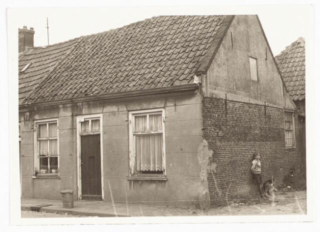028068 - Stadsvernieuwing. Woning voor afbraak bestemd aan de Veldstraat 32, thans Pastoor van Beurdenstraat