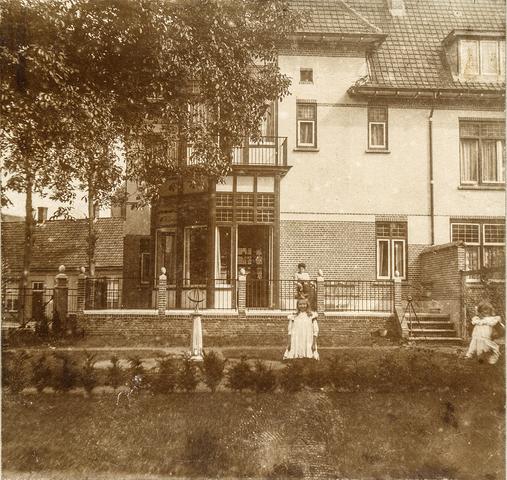 653490 - Achterzijde van het huis. Geheel rechts Thea Diepen. (Origineel is een stereofoto.)