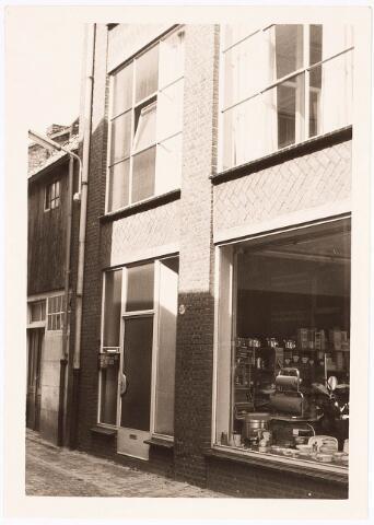 032398 - het pand aan de voormalige Pleinstraat 20, is thans afgebroken waarvoor in de plaats ondert andere het parkeerterrein aan het Stadhuisplein