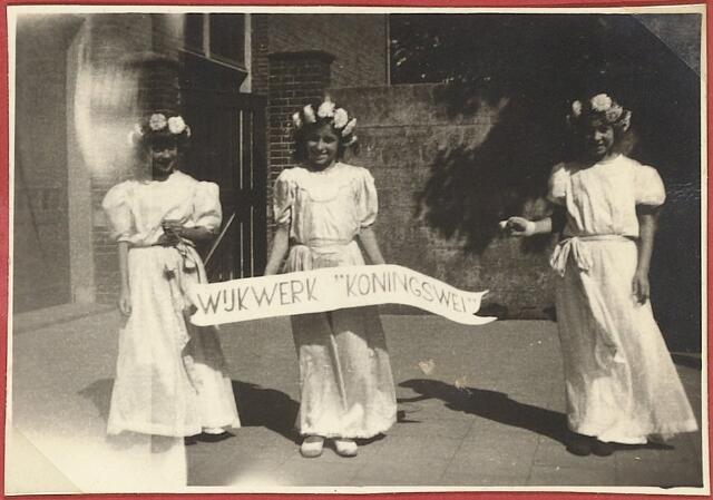 604060 - Koningswei, Tilburg. Inzegening wijkhuisje Koningswei  in 1948. Deze meisjes liepen mee in de optocht die gehouden werd ter gelegenheid van die inzegening. Ze kwamen alle drie uit de wijk Koningswei zelf.  Hun namen zijn helaas niet bekend.