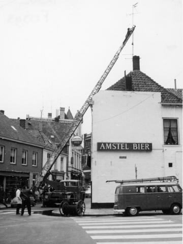 1238_F0393 - Werkzaamheden in de stad. Man op een uitschuifbare ladder werkt aan een antenne op een dak in de stad.