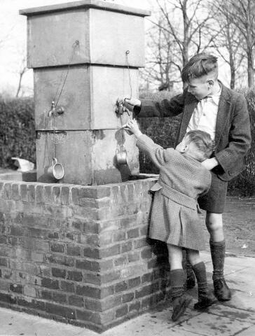 064753 - De kinderen Teuns bij de put op de geboortegrond van  Peerke Donders.