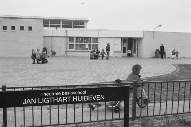"""TLB023000134_002 - Spelende kinderen op het schoolplein van neutrale basisschool Jan Ligthart Huibeven. Foto gemaakt in kader Reeshof """"gezond beleid"""""""
