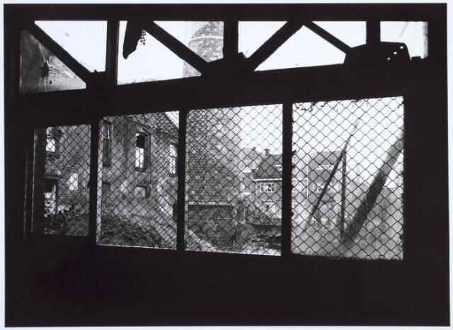 019269 - Vervallen gebouwen van de voormalige wollenstoffenfabriek C. Mommers, bezien in de richting van de Goirkestraat