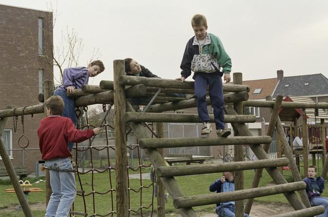 """TLB023000414_001 - Spelende kinderen in een """"stads-speeltuin"""". Foto gemaakt in het kader van (on-)veilige speelsituaties."""