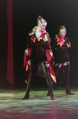 1237_001_027-1_001 - Cultuur. Theater. Tilburgse Revue. Waarschijnlijk de generale repetitie van de voorstelling Fèèn Familie op 17 maart 2005.