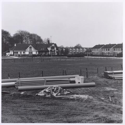 017914 - Hofstede De Blaak aan het Dussenpad, met rechts daarvan het Reuselpad. De huizen rechts op de achtergrond staan aan de Esperloop. Foto genomen vanaf het Dongepad. de hofstede werd in 1907 gebouwd naar een ontwerp van architect Jan van der Valk. Het is nu een party-centrum