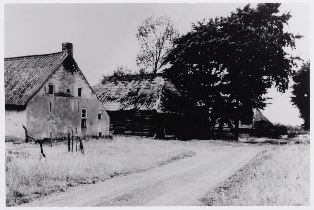 046229 - De boerderij aan de Bakertand van H.P. van Riel, pastoor te Overasselt en aldaar overleden in 1945. De foto werd genomen kort voor de afbraak. De tweede schuur hoorde bij de inmiddels gesloopte boerderij van Abraham Moonen.