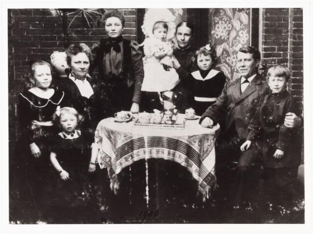 008056 - Familiefoto; Familie Verschuuren-van Hoof. v.l.n.r. Ann, Leta, mevr. Verschuuren-van Hoof, huisnaaister, Net op arm trouwe Dien, Mia, Hr. Verschuuren, Karel.