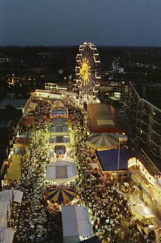 TLB023000077_001 - Avondoverzichtsfoto met o.a. het Reuzenrad.  De Tilburgse Kermis is de grootste kermis in de Benelux. Er staan jaarlijks tussen de 230 en 240 attracties uit binnen- en buitenland, in een 4,5 kilometer lang lint door het centrum van de stad. De kermis trekt jaarlijks meer dan een miljoen bezoekers en is daarmee een van de best bezochte evenementen van Nederland.