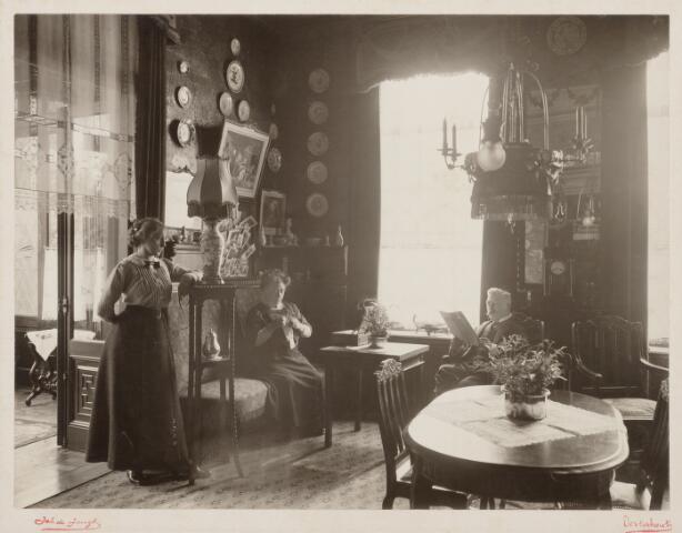 065412 - Villa Mathilda. Huiskamer met links Josephine Verschure, rechts het echtpaar Johannes en Mathilda Verschure-van Spaendonck.Josephina Verschure was een nicht van het echtpaar dat zelf geen kinderen had.