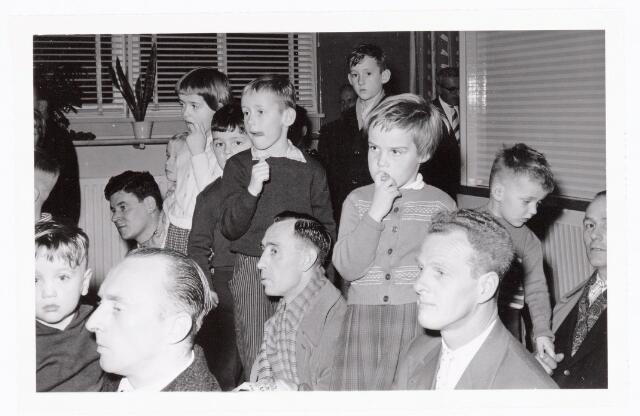 038838 - Volt.Zuid. Sport en ontspanning. Sint Nicolaasfeest in ca. 1960. Gespannen luisteren de kinderen, maar ook de ouders, naar wat Sint te zeggen heeft. Sinterklaas. St. Nicolaas