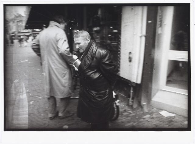 007053 - Joke den Hollander, foto genomen bij de groente- en fruitzaak van Christ van de Linden aan de Heuvelstraat nr. 121