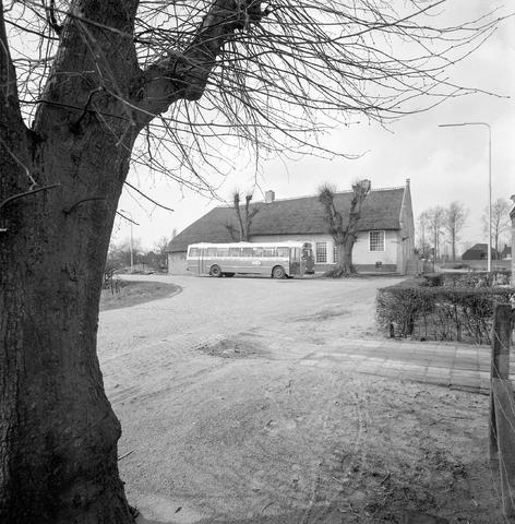 """D-001220-3 - BBA, Brabantse Buurtspoorwegen en Autodiensten. De BBA-bus staat voor het """"geel huis"""" aan de Leijsenstraat in Oosterhout."""