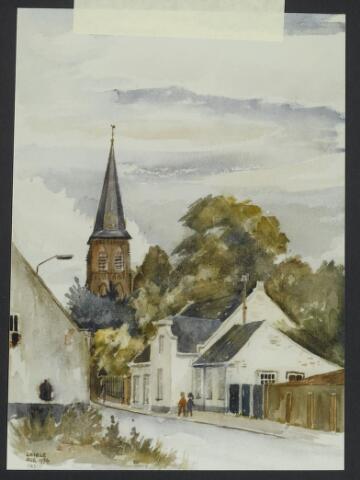 """072158 - Aquarel. Frater Paschalius """"Goirle in aquarel"""" De Bergstraat met toren van de kerk St. Jans Onthoofding. Het pand rechts was in de 18e eeuw een herberg annex tolhuis. In 1844 werd het eigendom van de smedenfamilie Van Croonenburg. De laatste bewoners waren de kinderen van smid Frans van Croonenburg-Rens. Het pand werd gesloopt in 1984."""