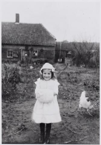 045873 - Achterzijde en tuin van het wevershuis aan de Dorpsstraat 14, bewoond door Jan Adriaansen en Dymphna van Gils. Op de voorgrond hun dochter Han Adriaansen, geboren te Goirle op 6 januari 1910 en aldaar ongehuwd overleden op 16 september 1998.