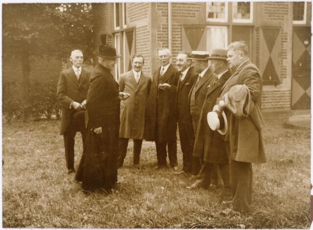 052282 - De Kleine Academie maakt een tocht door Brabant (bezoek Eersel). V.r.n.l: Horvers, B. Arts, A. van Delft, Diddens en Bolsius.