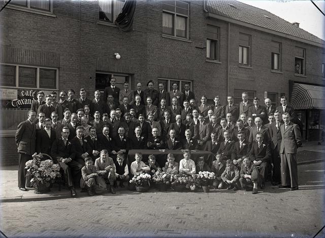 654946 - Portret van onbekende groep tijdens een jubileum.