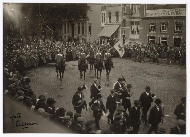 048912 - Optocht ter gelegenheid van de kroningsfeesten bij het 25-jarig jubileum van koningin Wilhelmina (1923-1924) deelnemers verzamelden zich op de Kromhout kazerne te Tilburg. hier trekt de stoet over de Heuvel.