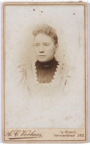 005364 - Anna Augusta Maria van VUGT (Den Bosch 1875-1949) trouwde in 1900 in Den Bosch met koek- en banketbakker Hendrikus (Henri) Petrus van de Pas (1875-1914), zoon van Hendrikus van de Pas, banketbakker hoek Zomerstraat/Nieuwlandstraat, en Johanna Aldegonda Smulders. Anna van Vugt hertrouwde in 1915 met Eustachius J.A. Verschuuren, fabrieksdirecteur. Zij werd begraven in Tilburg, kerkhof Bredaseweg, waar ook haar eerste en tweede echtgenoot begraven liggen.