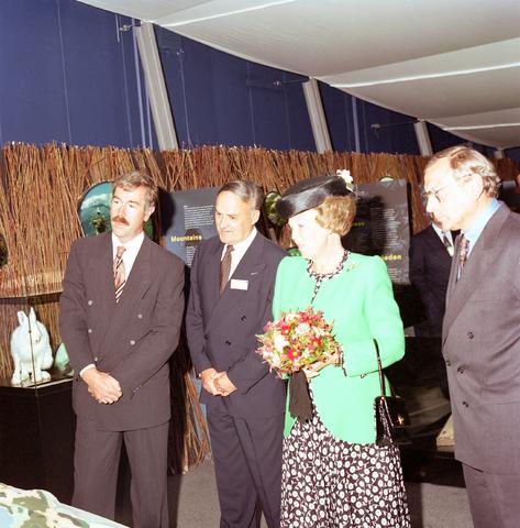 D-003068-4 - Koningin Beatrix op werkbezoek