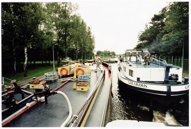 039881 - Scheepvaart op het Wilhelminakanaal onder Tilburg.