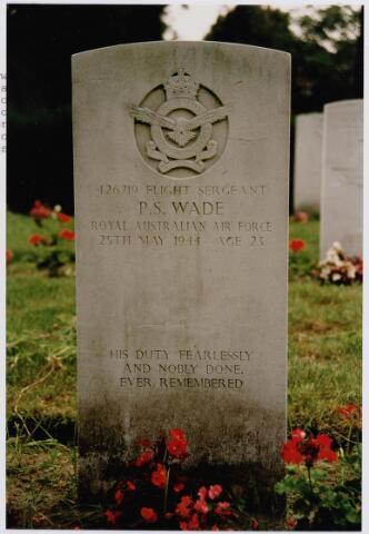 045736 - Tweede Wereldoorlog. Graf C.1.8 op de begraafplaats van de parochie St. Jan. Peter S. Wade, flight sgt., 23 jaar, gesneuveld op 25 mei 1944, R.A.A.F., 76. (RAF) Squadron.