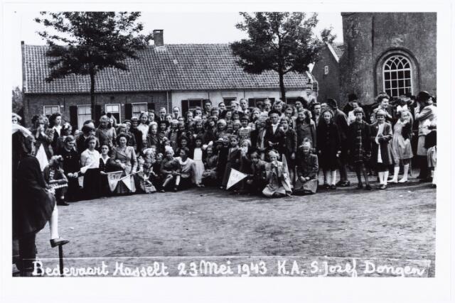 008922 - Bedevaart katholieke arbeiders meisjes uit de parochie St. Jozef te Dongen, olv kapelaan Van Eekelen naar de Hasseltse kapel in 1943. Sommige meisjes op de voorgrond dragen een bedevaartvaantje van deze kapel.