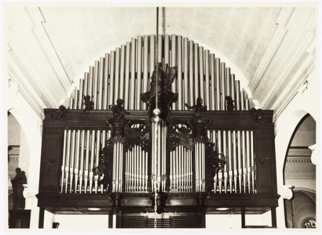 009899 - Het orgel met koor in de Heikesekerk na de witpleistering.