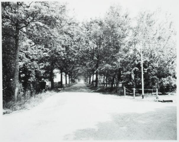 025426 - Langendijk gezien in de richting van de Baden Powelllaan. Rechts de Reeshofweg