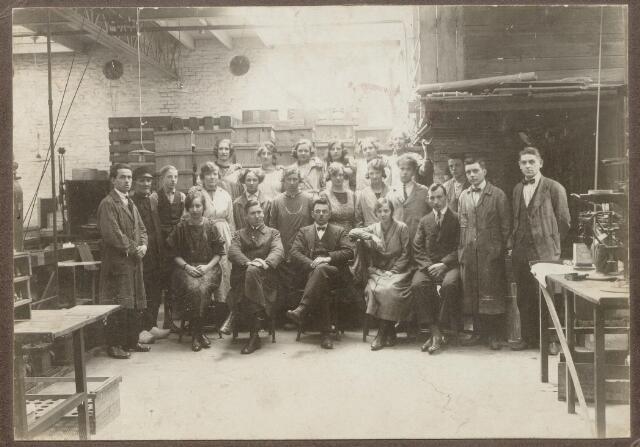 044972 - Personeel van gloeilampenfabriek Radium aan het Watertorenplein 21.