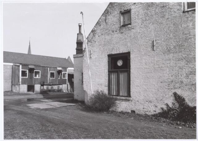 016757 - Achterzijde van het pand Buitenstraat 7, bezien vanuit de Minister Mutsaersstraat. Boven het dak van de duivenkooi de torenspits van de Theresiakerk