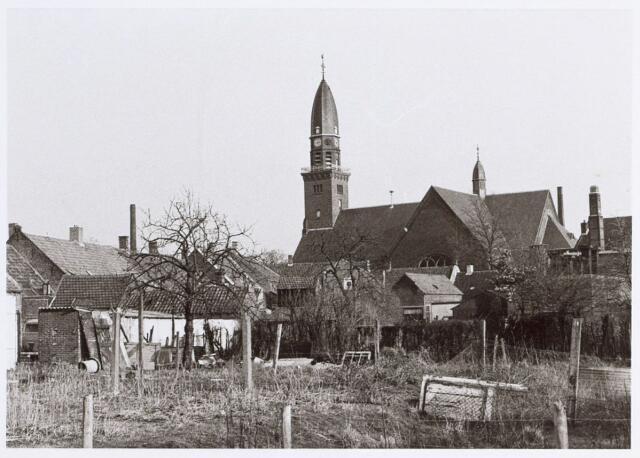 014734 - Achterzijde van panden aan de Berkdijksestraat. De kerk op de achtergrond is de R.K. parochiekerk H. Antonius van Padua (Korvel).