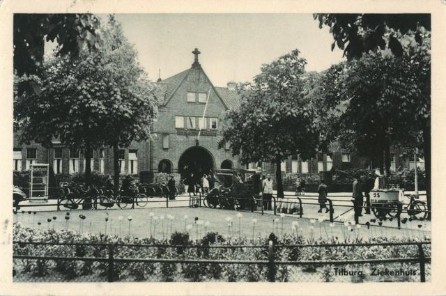654225 - Elisabethziekenhuis. Gezondheidszorg. Hoofdingang van het St. Elisabeth ziekenhuis. Links de telefooncel, de eerste die in Tilburg werd geplaatst rond 1935. Verder het bloemenstalletje en de ijscokar van Rooie Harry, de ijscoman.