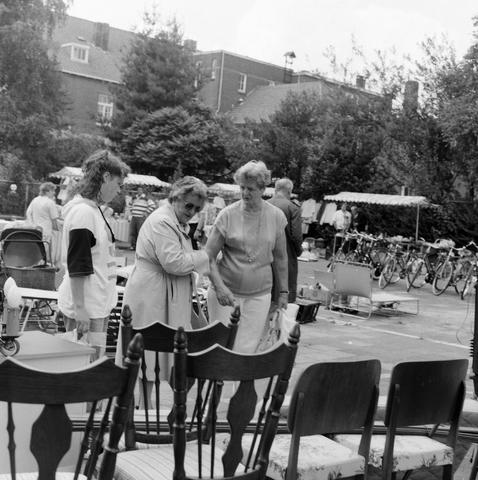 1237_010_737_004 - Rommelmarkt biljartvereniging Padua, op de speelplaats van de Maria school.