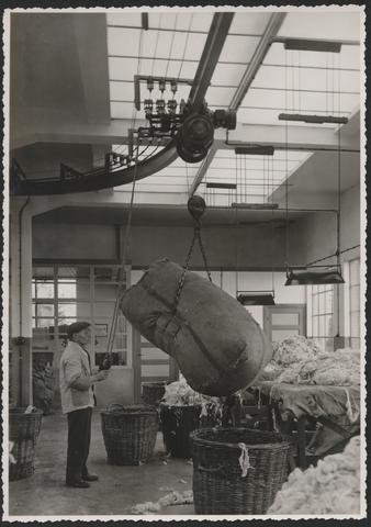 653256 - Wolhandel Wouters, Tilburg. Opname in de wollenstoffenfabriek op de afdeling waar de ruwe ongewassen wol in balen werd aangevoerd.